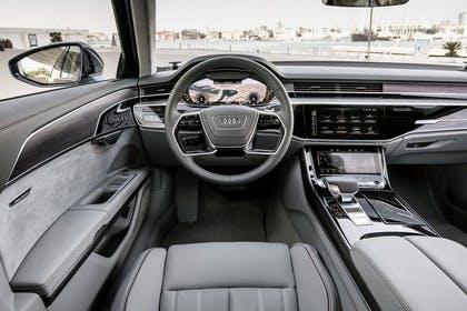 Audi A8 4N Innenansicht statisch Fahrersitz und Armaturenbrett fahrerseitig