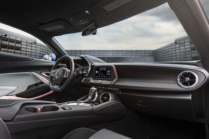 Chevrolet Camaro SS Innenansicht statisch Beifahrersitz Mittelkonsole und Armaturenbrett beifahrerseitig