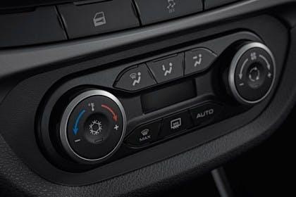Lada Vesta Innenansicht statisch Studio Detail Klimabedienteil