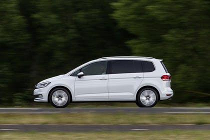 VW Touran 2 Aussenansicht Seite dynamisch weiss