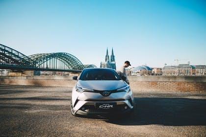 Toyota C-HR Aussenansicht Front statisch grau
