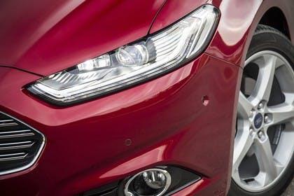 Ford Mondeo Limousine Mk5 Front schräg Scheinwerfer Detail rot
