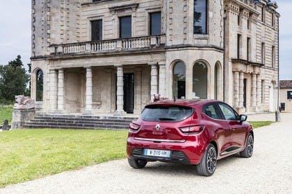 Renault Clio 4 Aussenansicht Heck schräg statisch rot