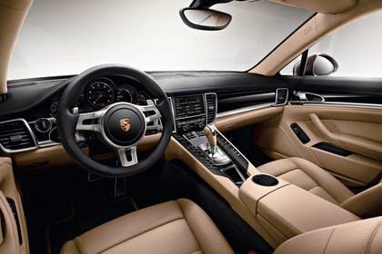 Porsche Panamera 970 Innenansicht statisch Studio Vordersitze und Armaturenbrett fahrerseitig