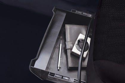 Ford Tourneo Courier JU2 Innenansicht Unter Sitz Staufach Detail