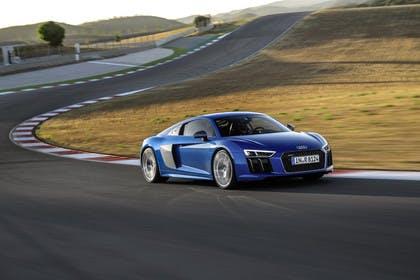 Audi R8 Coupe Aussenansicht Front schräg dynamisch blau