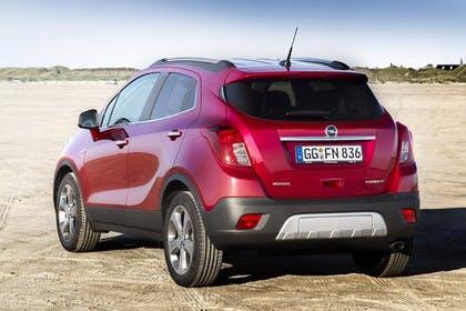 Opel Mokka J-A Aussenansicht Heck schräg statisch rot