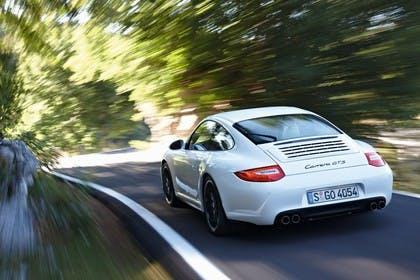 Porsche 911 Carrera GTS 997.2 Aussenansicht Heck schräg dynamisch weiss