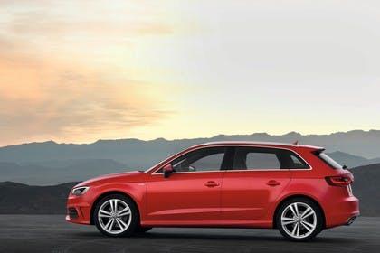 Audi A3 Sportback 8VA Aussenansicht Seite statisch rot