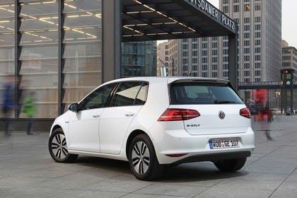 VW Golf 7 e-Golf Aussenansicht Heck schräg statisch weiss