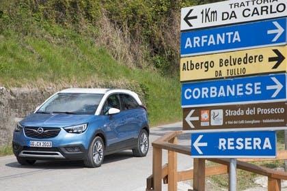 Opel Crossland X C Aussenansicht Front schräg statisch blau