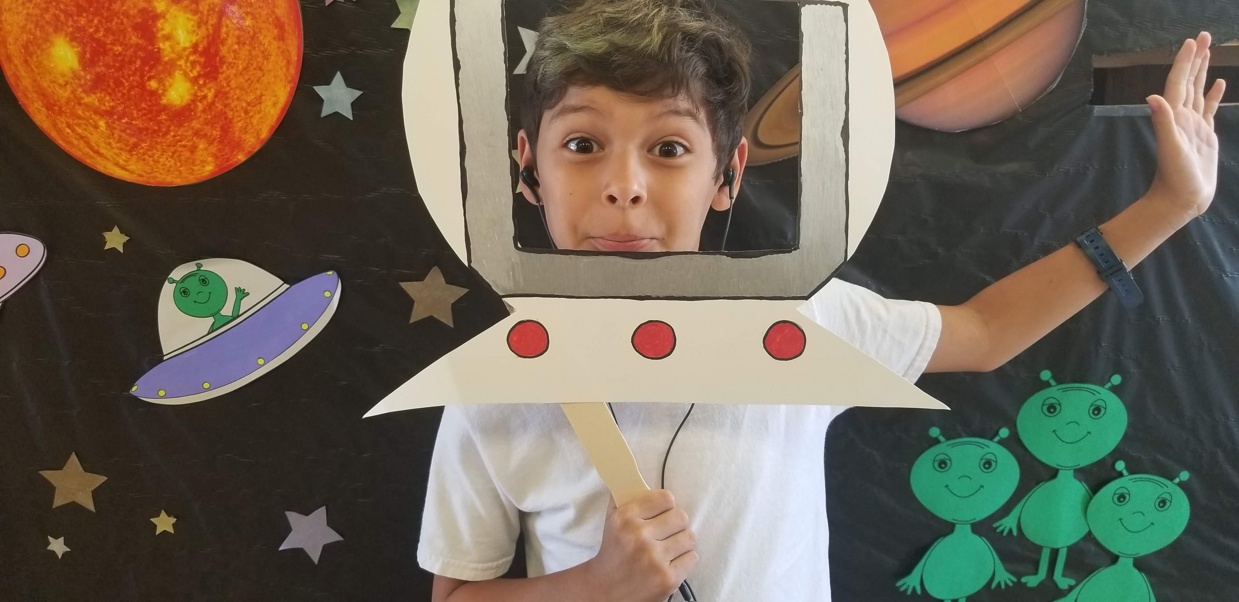 Ethan faisant preuve de créativité pour une de ses vidéos. On espère que les aliens sont tout aussi sympas IRL !