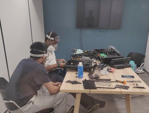 Notre équipe de R&D en pleine dissection de PC
