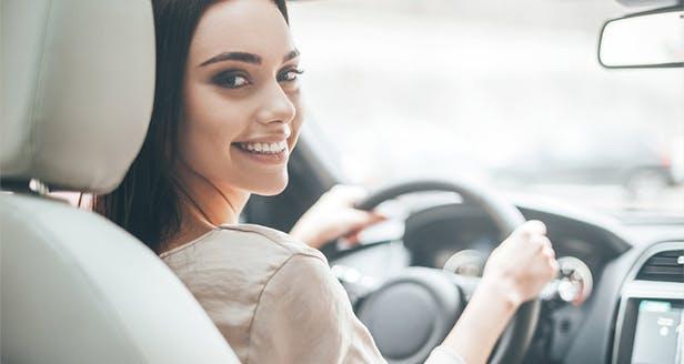 Imagem de mulher a conduzir