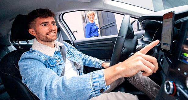 Jovem que conduz um carro