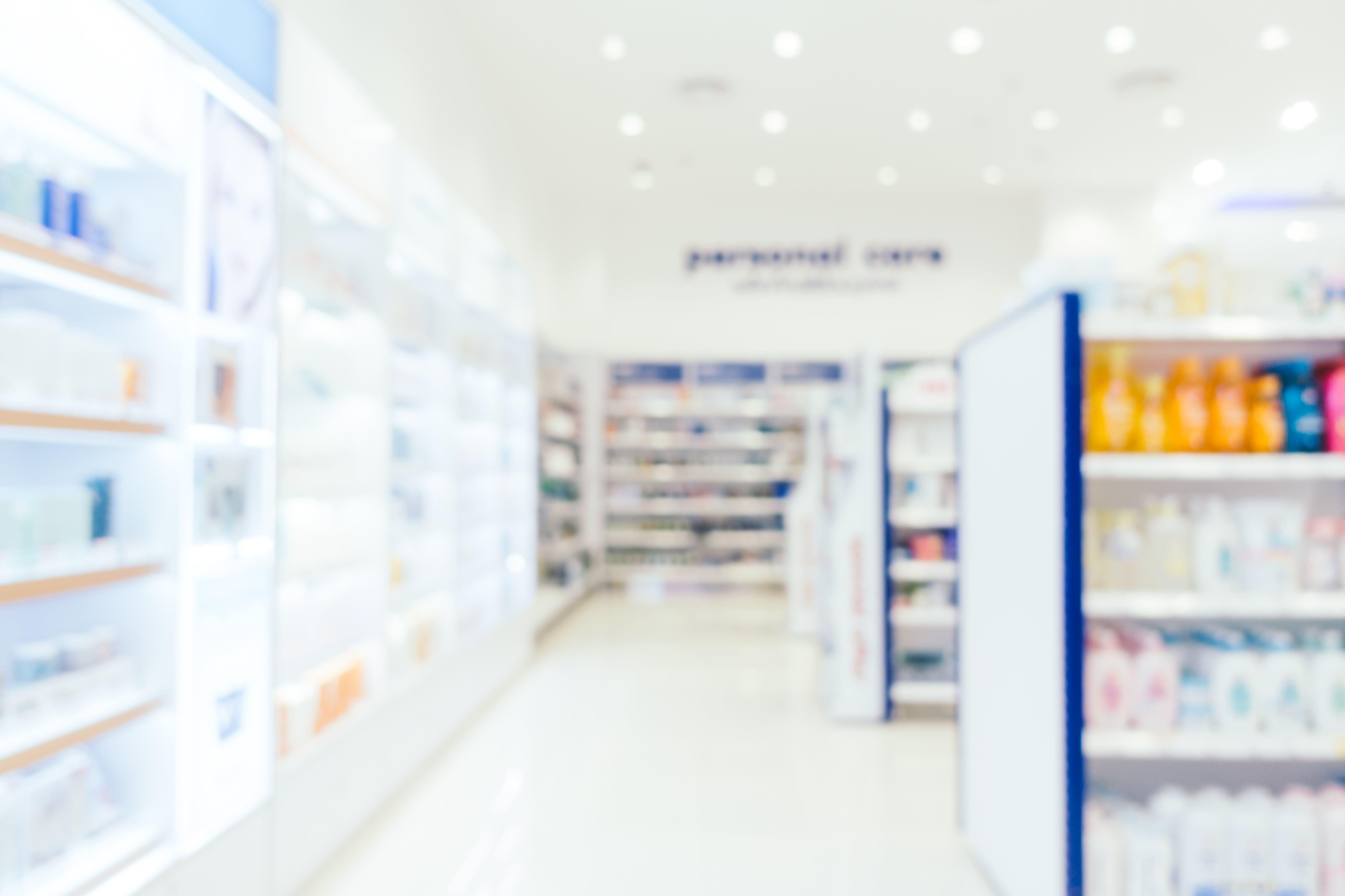 Foto degli scaffali di una farmacia