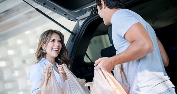 Imagem de um casal com sacos de compras