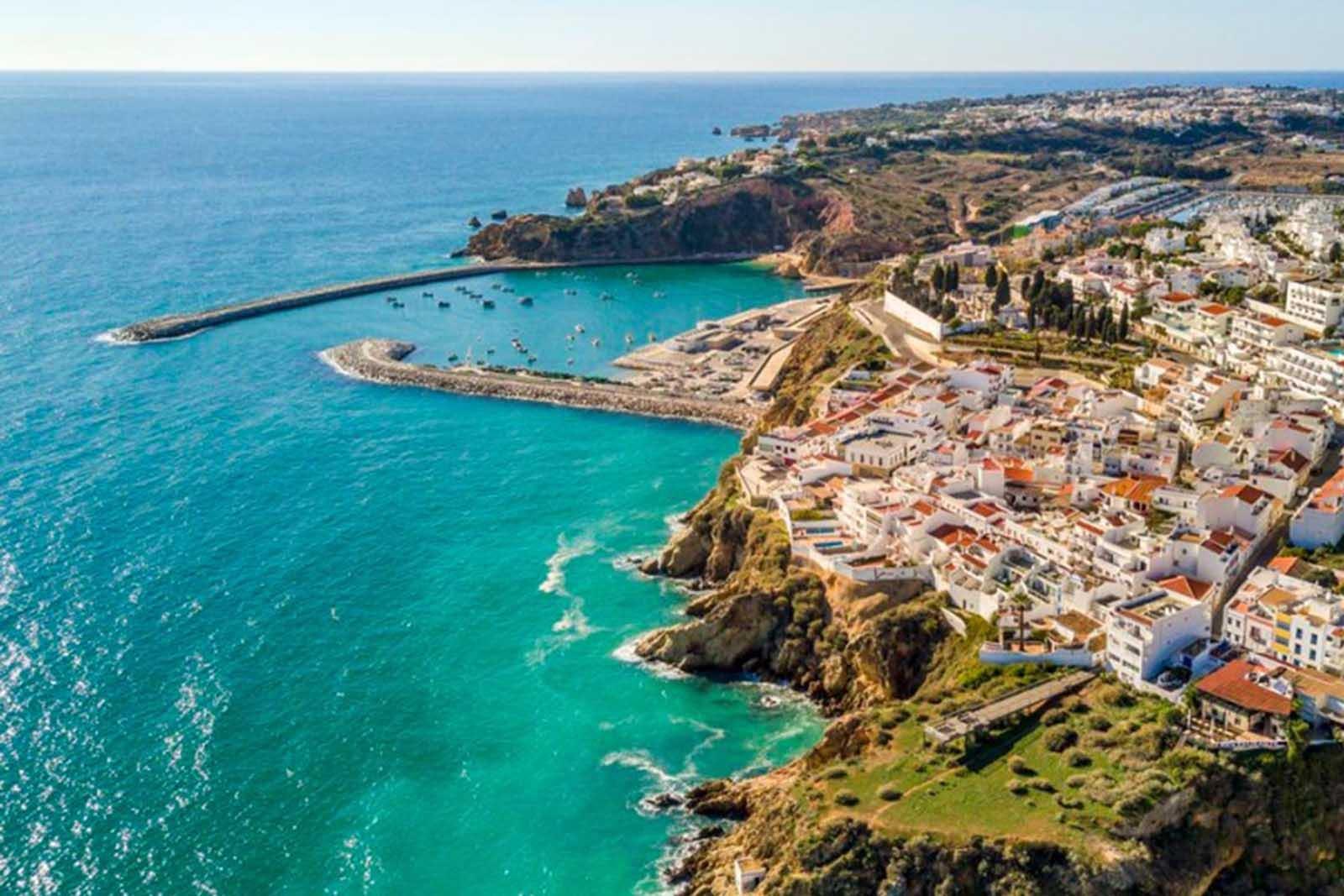 Lagos no Algarve é uma das melhores cidades para visitar em Portugal.