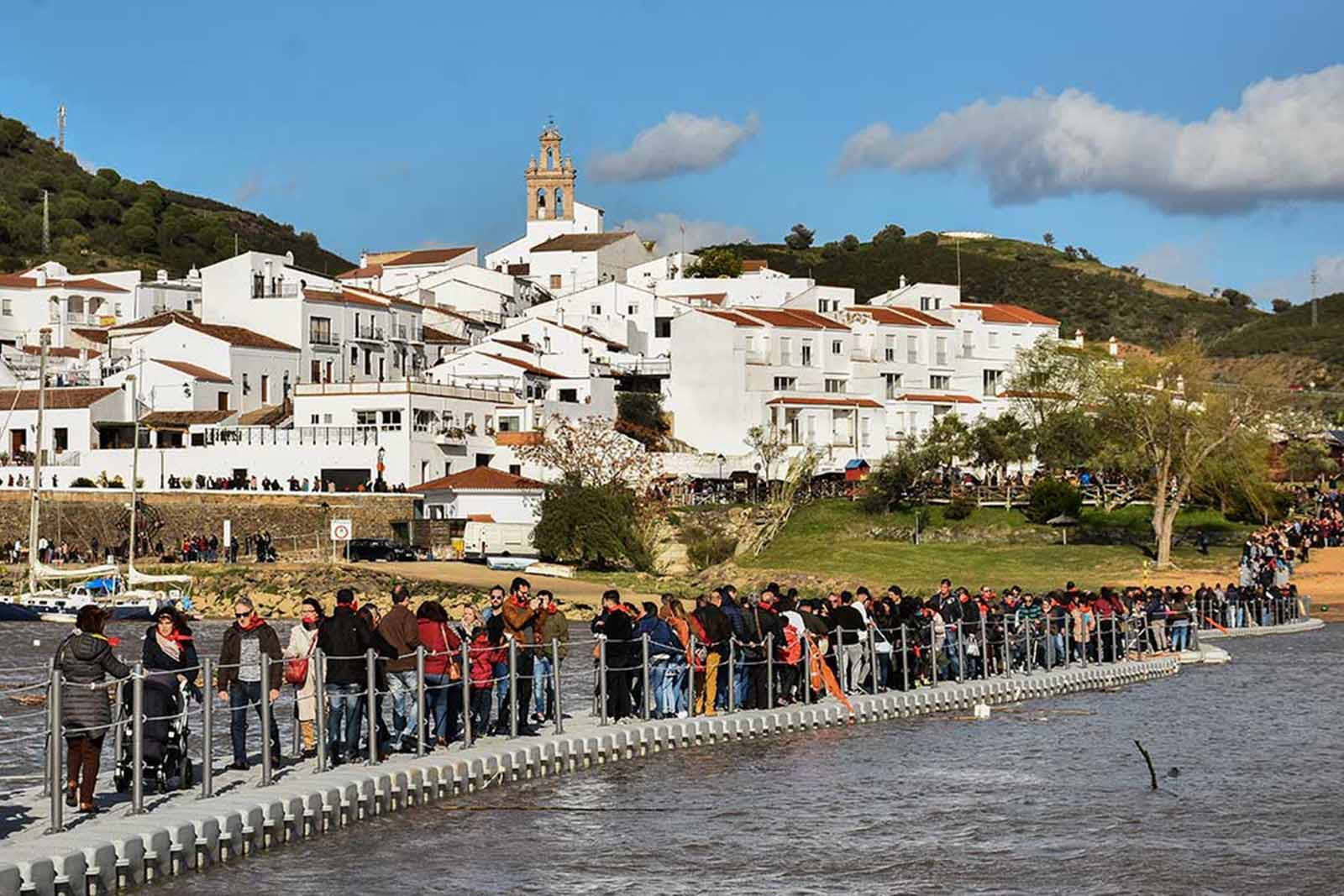 Visitors of the Contraband Festival crossing the Guadiana river during the best family event in the Algarve.