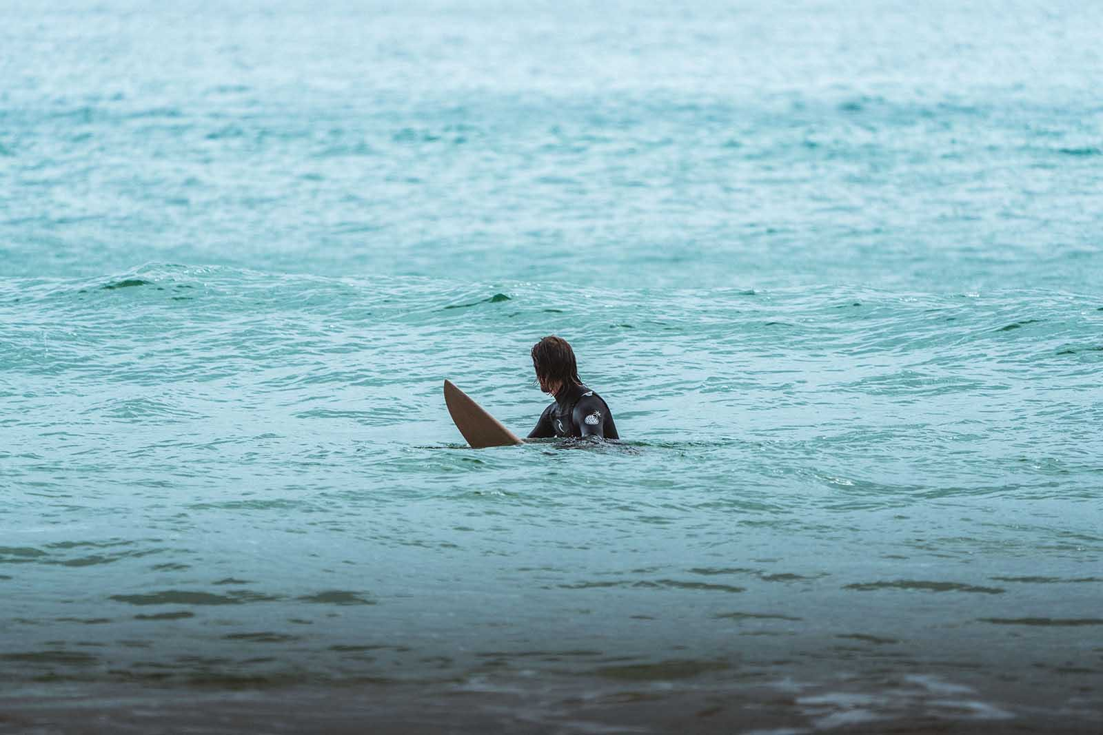 Surfeur dans l'eau attendant une vague.