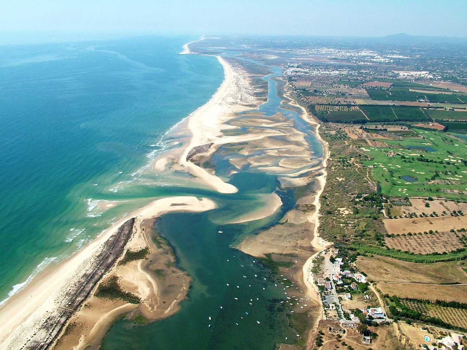 Vista aérea de uno de los mejores campings de Portugal cerca de Ria Formosa.
