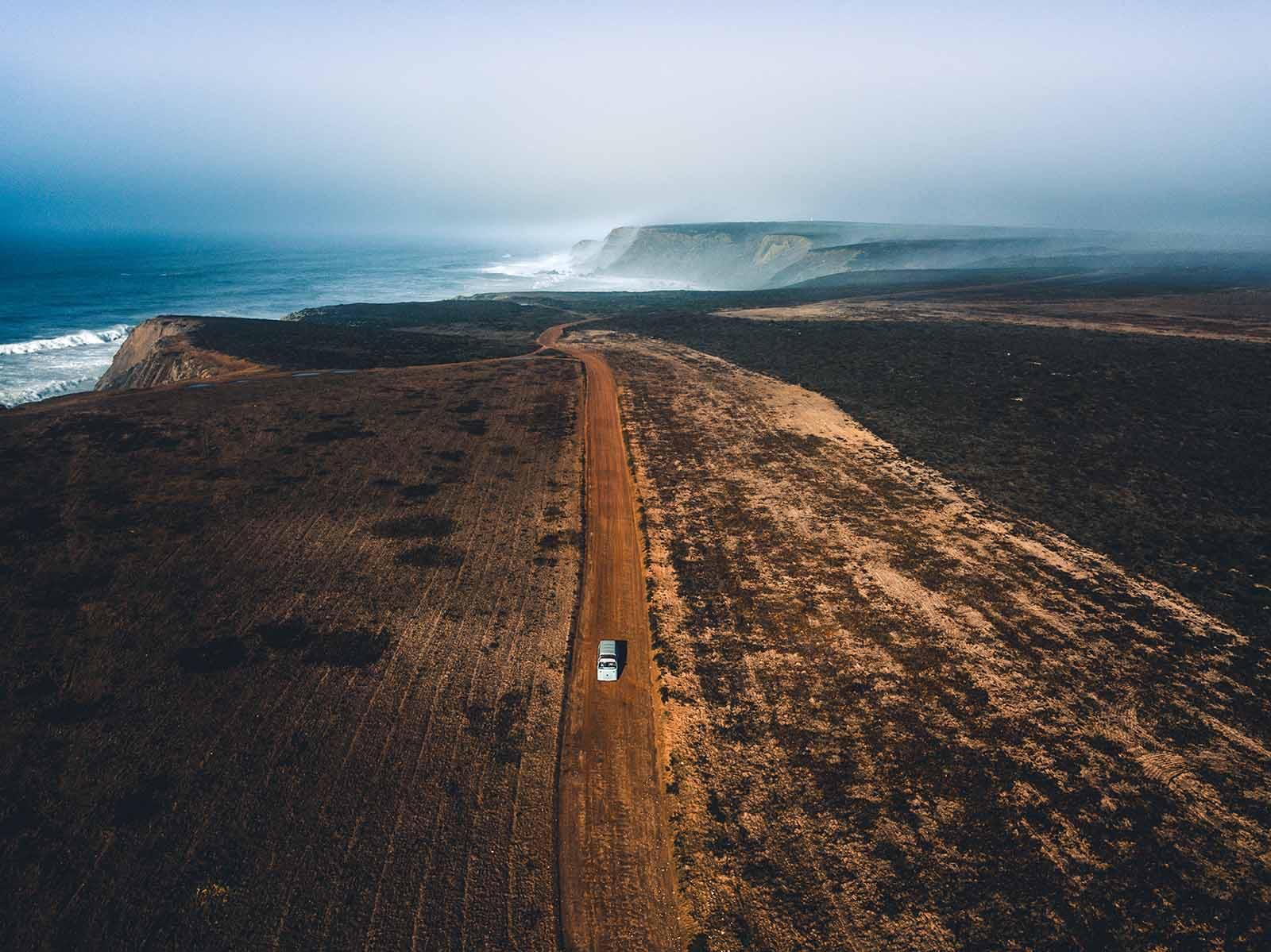 Viagem por estrada de autocaravana da costa oeste de Portugal. Melhores praias, locais secretos e experiências autênticas.