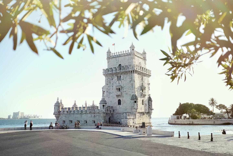 Regarder le coucher du soleil à Torre de Belém, forteresse du 16ème siècle de Lisbonne.