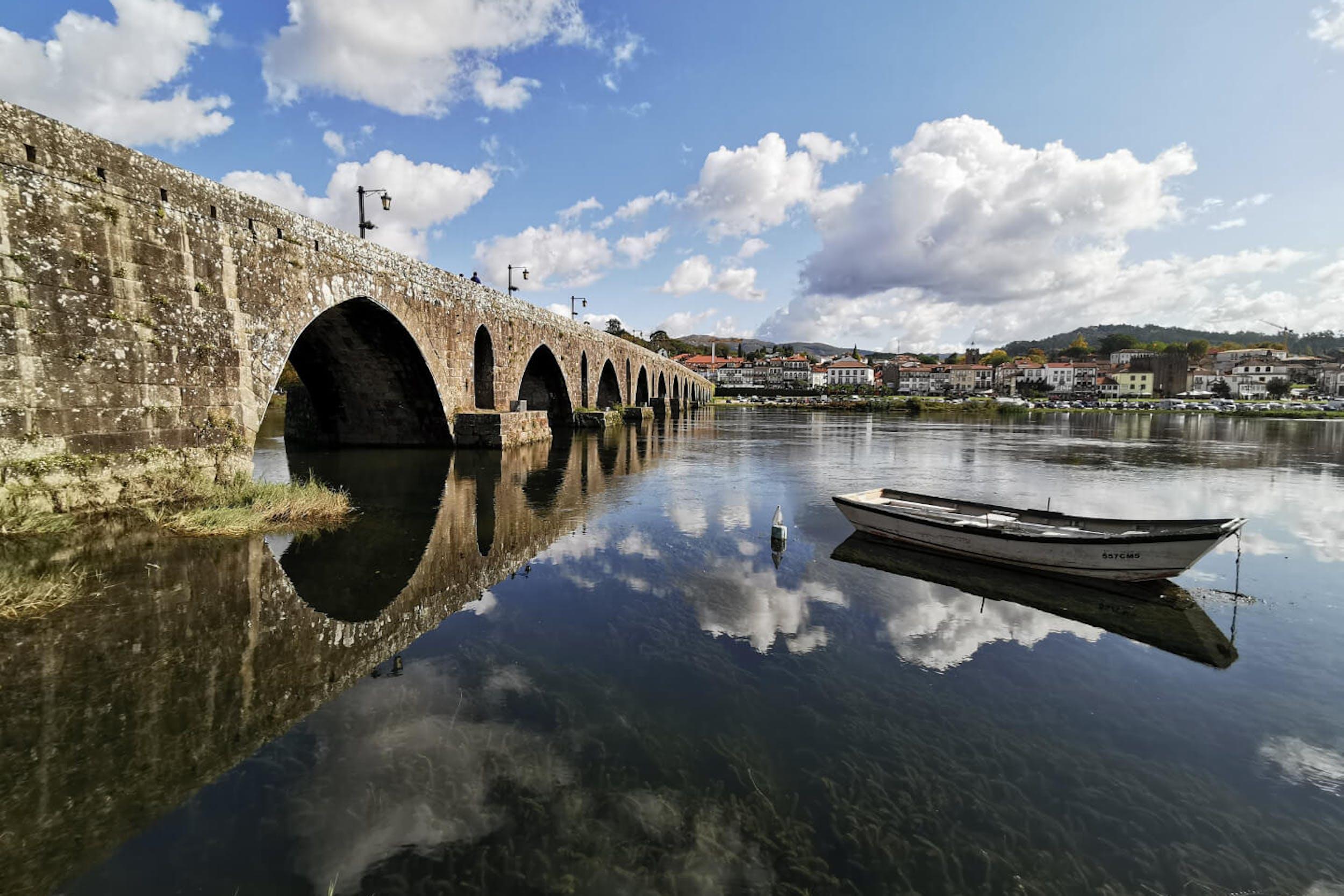 Vista de un puente antiguo cruzando un río en el norte de Portugal.