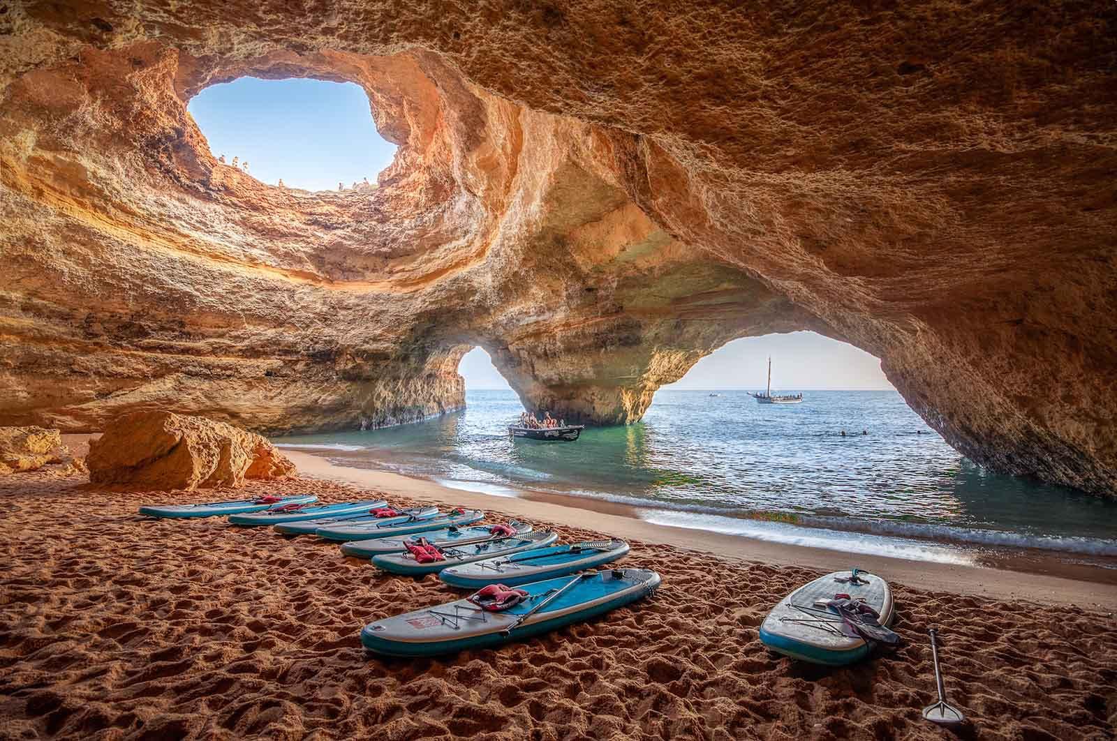 Kayak a las cuevas de Benagil al amanecer. Es una de las mejores cosas que hacer en el Algarve.
