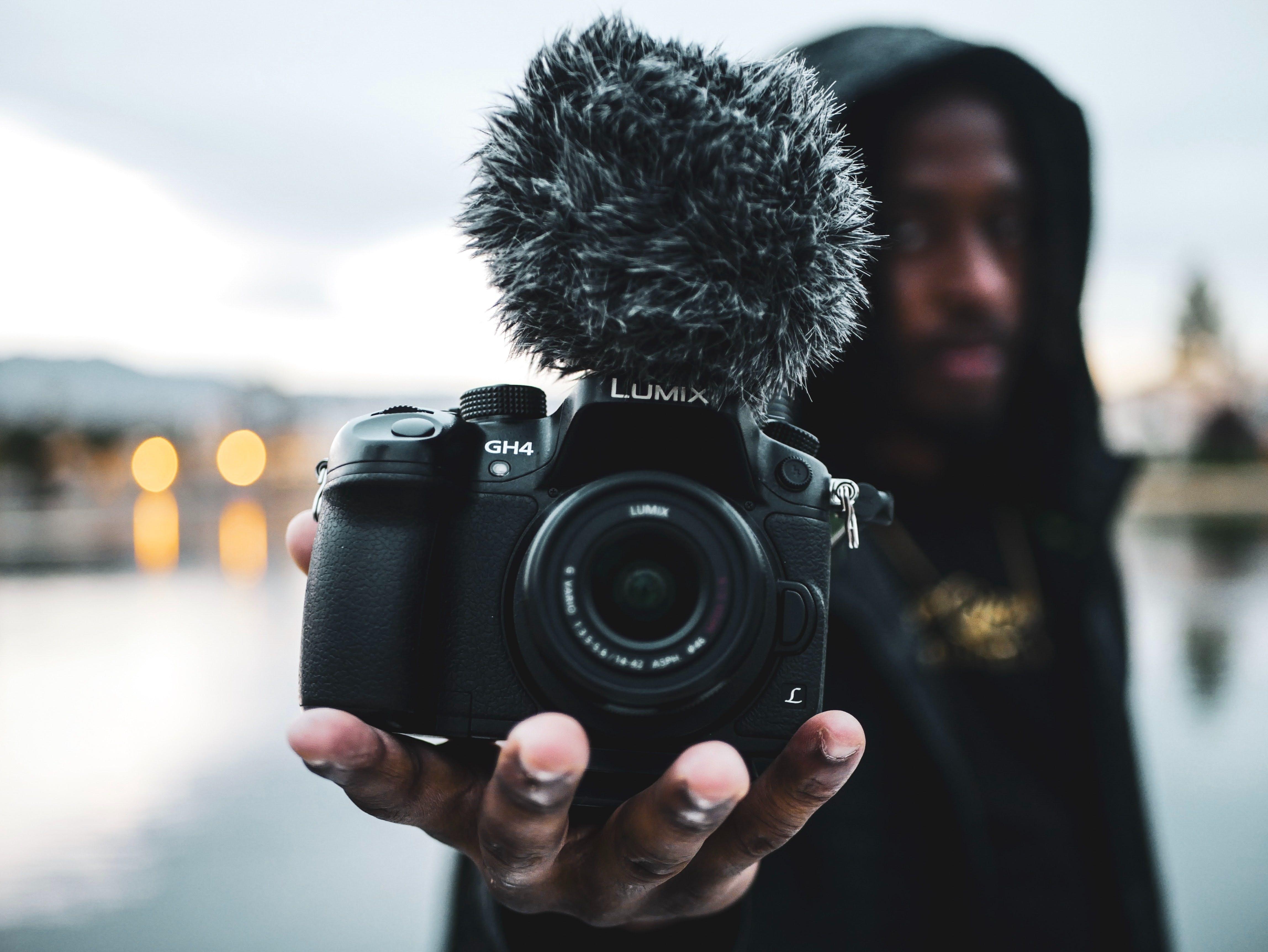 Lumix kamera med mick där bakgrunden är skymrad