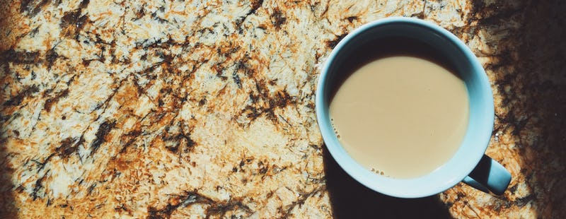 xicara-cafe-mesa-granito