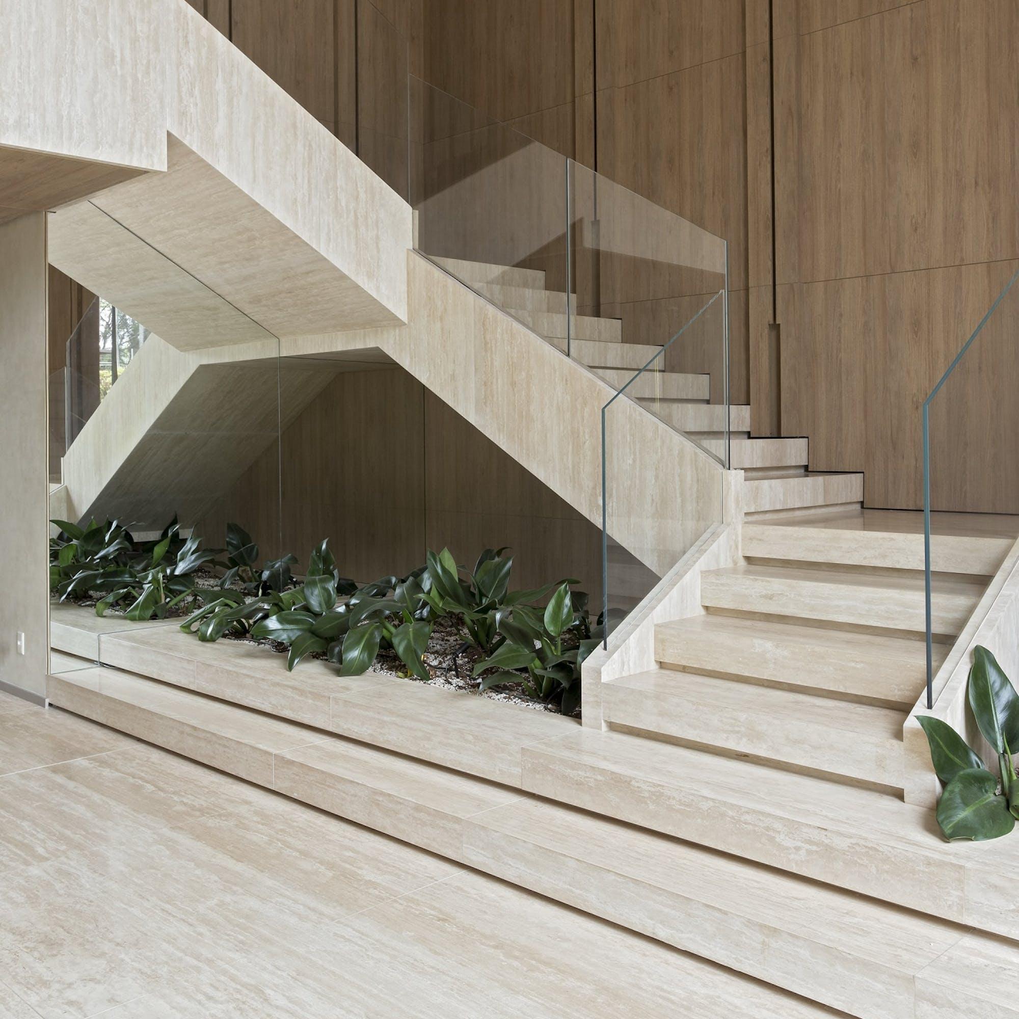 travertino-resinado-escada