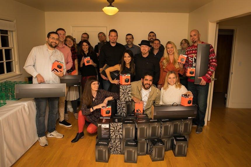 Equipe SoCreate posa com seus presentes
