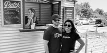 Equipe de marido e mulher, Justin, CEO da SoCreate, e Rosa, CFO da SoCreate, aproveitando a companhia um do outro no Piquenique Anual da SoCreate.