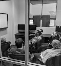 El equipo de software de SoCreate en medio de una reunión de revisión de planificación en SoCreate.