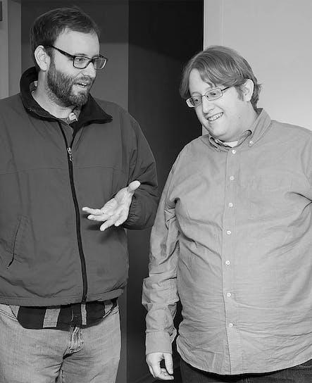 O líder de UX, Anthony, e o líder técnico de software, Alec, em uma conversa intensa.