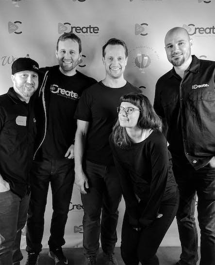 Certains membres de l'équipe SoCreate s'amusent au Writers Assistant Mixer sponsorisé par SoCreate.