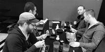 Certains membres de l'équipe de développement de SoCreate sont en train de dîner après une journée d'apprentissage à Salt Lake City.