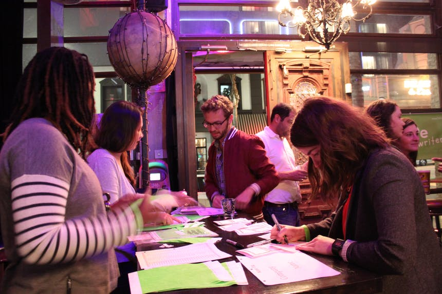 Patrocinando la mesa de firmas 2017 fall Writers Assistants Mixer