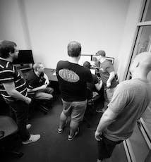 Une partie de l'équipe logiciel de SoCreate résout des problèmes chez SoCreate.