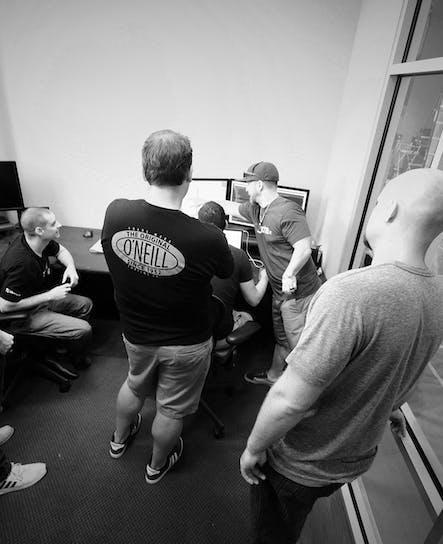 Algunos de los miembros del equipo de software de SoCreate resuelven problemas en SoCreate.
