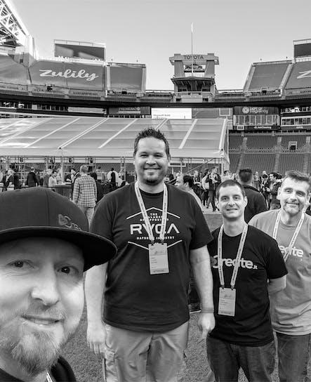 Une partie de l'équipe de développement de SoCreate se trouve sur le terrain du Seattle Seahawks Stadium.