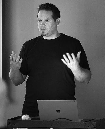 SoCreateでソフトウェアのチーフであるJamiは、彼のホームオートメーションパーソナルソフトウェア開発プロジェクトについてSoCreateランチミートプレゼンテーションを行っています。