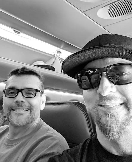 SoCreateのCEOであるジャスティンとCTOであるビリーは、開発チームの他のメンバーと一緒に開発者会議に向かう飛行機に乗っています。