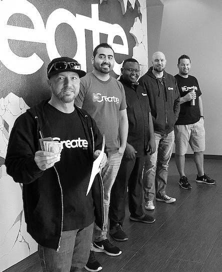 SoCreate टीम के सामने SoCreate की ऑस्कर चुनौती के विजेता की घोषणा करते हुए SoCreate के सीईओ।