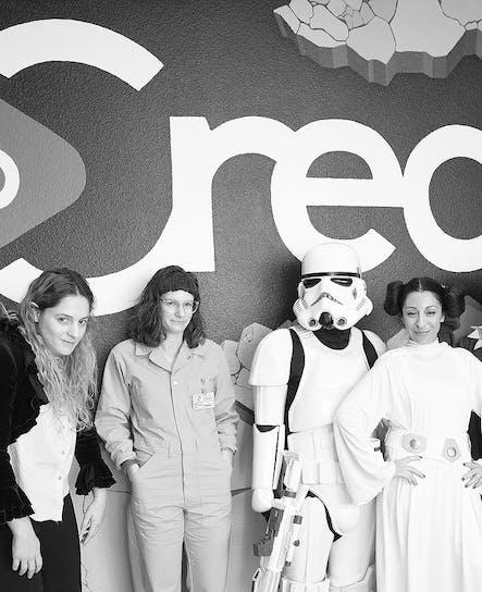 SoCreateオフィスでのハロウィーンのドレスアップの日であり、SoCreateチームメンバー数名がすべて出かけました。