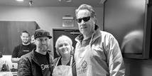 SoCreateのCEOであるジャスティン(Justin)、ママリンダ(Mama Linda)、およびパパボブ(Papa Bob)は、毎週のSoCreate水曜日の自家製のおやつを降ろしています。