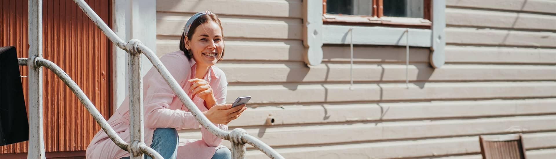 Nainen käyttää puhelinta