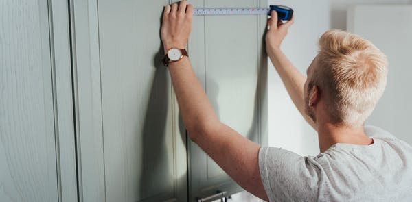 Mies remontoi kotiaan