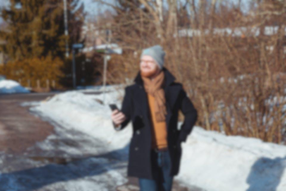 Vīrietis ar mobilo telefonu
